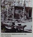 Waldsieversdorf John Heartfield vor seinem Sommerhaus um 1960.JPG