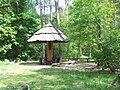 Wiata dla turystów w lesie w Puszczykowie.jpg