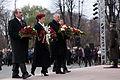 Ziedu nolikšana pie Brīvības pieminekļa (6357926761).jpg