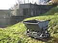 Zijde van de terp van Hogebeintum, op de voorgrond een kiepkar met smalspoor, gebruikt voor het afgraven van grond rondom terpen.--Archeoregio 7 - Hogebeintum - 20425968 - RCE.jpg