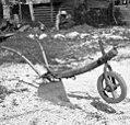 """""""Drevo"""" za oborvati (osipalnik za osipanje koruze in krompirja), Kal 31 pri Bovcu 1952 (cropped).jpg"""