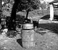 """""""Vrna"""" z vinskim rešetom, s katerim precejajo mošt, Slap 1958.jpg"""