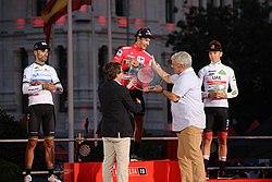(Podio) Almeida entrega el primer premio de La Vuelta Ciclista a España 2019 03.jpg