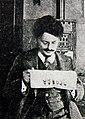 """Троцкий читает газету """"Правда"""" в Вене (ок. 1910).jpg"""