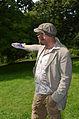 006h07v Pressekonferenz WasserKunst Zwischen Deich und Teich, der Künstler Tom Otto erläutert den Besuchern seine Installation DURST im Park vom Edelhof Ricklingen von Hannover.jpg