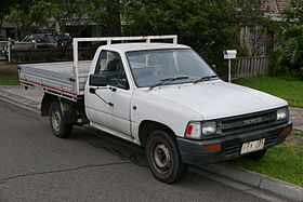 1991 Toyota HiLux (RN85R) 2-door cab chassis (2015-07-10).jpg