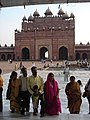 3405- Visitors at mosque Fatehpur Sikri (57947319).jpg