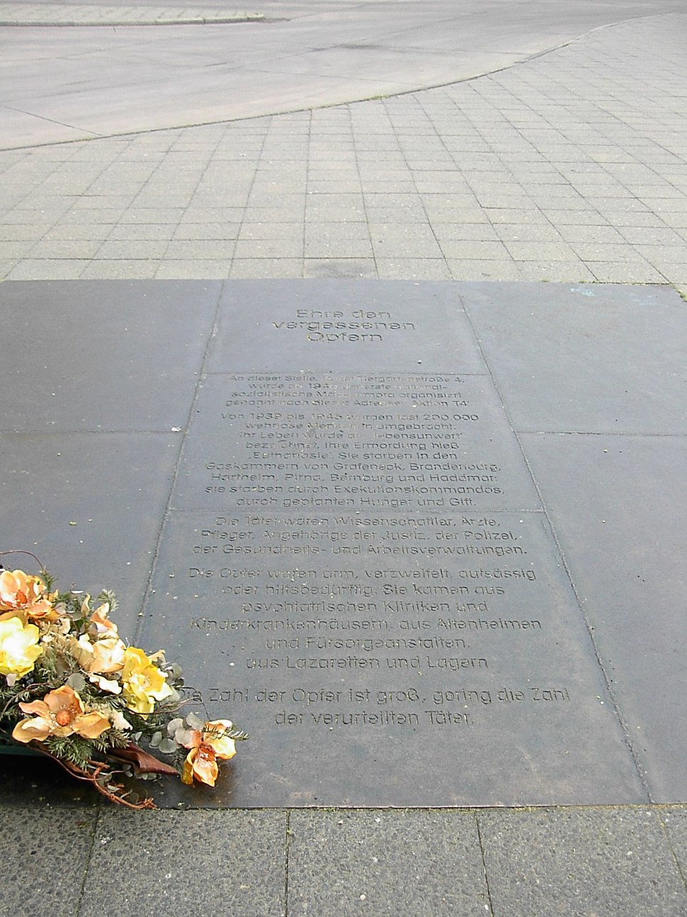 A plaque set in the pavement at No 4 Tiergartenstrasse