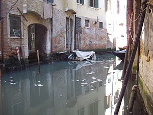 English: Narrow waterways of Venice City.