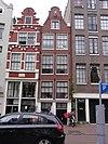 foto van Helft van een tweelinghuisje met gevel onder klokvormige top met rollagen