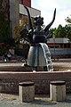 Anna-Blume-Brunnen in Hannover von Max Sauk auf dem Mühlenberger Markt, Blick Richtung alter IGS Mühlenberg.jpg