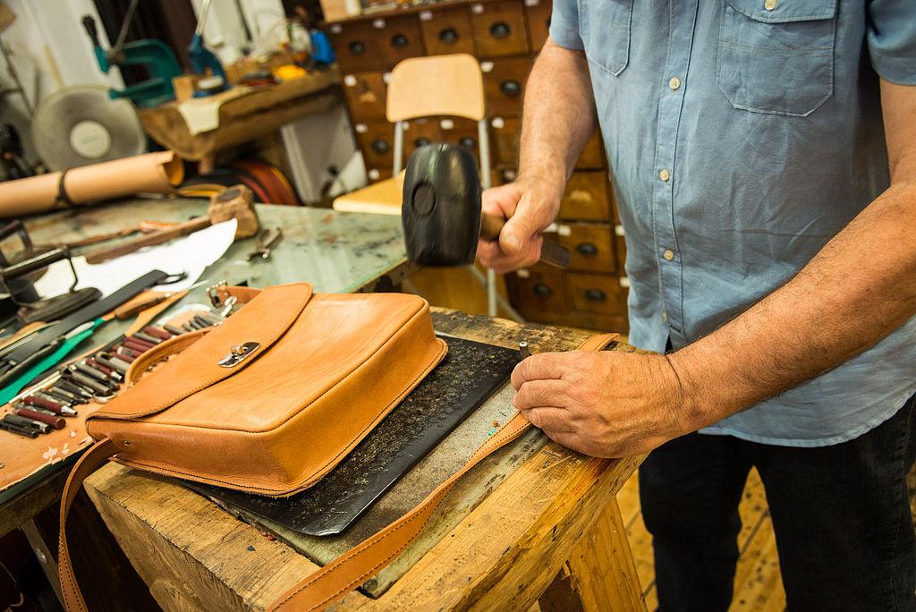 Artisan du cuir dans le Poble Espanyol à Barcelone. Photo de Pep Herrero