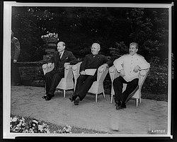 Stalin encontra Harry Truman e Clement Attlee em 1 de Agosto de 1945, em Berlim, ao final da Segunda Guerra Mundial