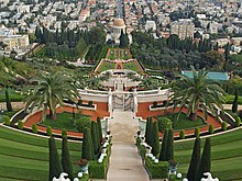 Aufwändige Gärten mit mehreren Toren und einem Gehweg, der zu einem Kuppelgebäude in der Ferne führt