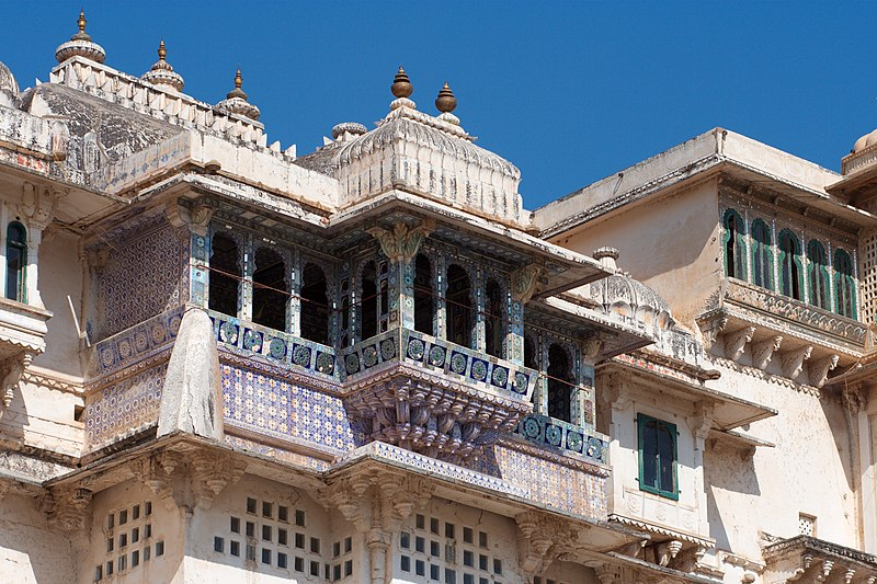 Bestand:Balconies with ceramic tiles, City Palace, Udaipur.jpg