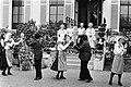 Bejaardendefile voor Prinses Juliana op Soestdijk Prinses Juliana bekijkt Volks, Bestanddeelnr 930-8730.jpg