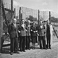 Bevrijding van het concentratiekamp te Amersfoort Een groep gevangenen met dez, Bestanddeelnr 900-2828.jpg