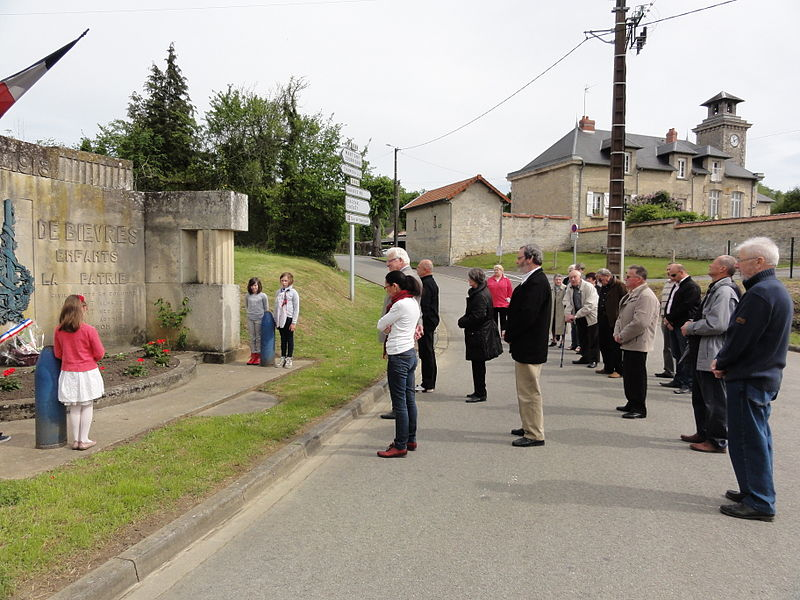 Bièvres (Aisne) Cérémonie commémorative 70e, 8 mai 2015. Minute de silence