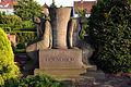 Bisher nicht identifizierter Bildhauer, Grabmal der Familie um August Hölscher auf dem Kirchenfriedhof Karl-Kellner-Straße der Ev.-luth. Elisabeth-Kirchengemeinde Langenhagen.jpg
