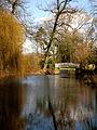 Blick auf den Teich und die Brücke im Park der Angelaschule.JPG
