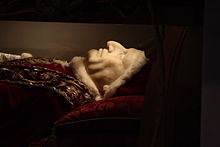 A head view of the body of John XXIII, with a camauro just visible