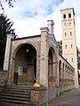Bornstedter Kirche Säulengang.JPG