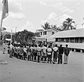 Boslandcreoolkinderen bij hun school in Koffiekamp in afwachting van het koninkl, Bestanddeelnr 252-4369.jpg