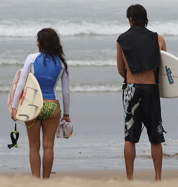 파일:Both gender surfers with rash vest aka rashie aka rash guard.jpg