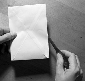 Paper knife - Image: Briefoeffner mit kuvert und hand fcm