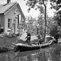 Bruidspaar dat in het het huwelijksbootje stapt - Giethoorn - 20396070 - RCE.jpg