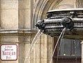 Brunnen-Karajanplatz Detail und Tafel.JPG
