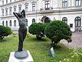 Bucuresti, Romania. Muzeul Colectiilor de Arta (Palatul Romanit); Statuie si tufisuri; B-II-m-B-19862.JPG