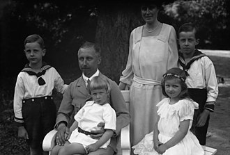 Prince Oskar of Prussia - Prince Oskar and Princess Ina Marie with their children in 1925.