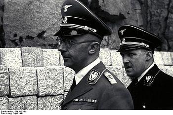 マウトハウゼン強制収容所にて、アウグスト・アイグルーバー(右) 、ハイ... アウグスト・アイグ