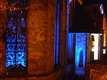 Buntes Gemäuer mit Glasfenster, Lichtinszenierung in Marburg im November 2016-11-25.jpg