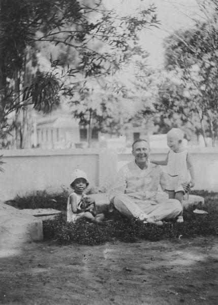 File:COLLECTIE TROPENMUSEUM Een vader in pyjama met zijn zoon en een vriendje in de tuin TMnr 60044636.jpg