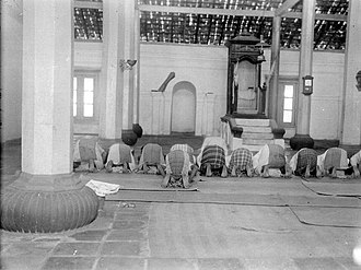 Bantenese people - The people are prostrate in Banten mosque, 1933.