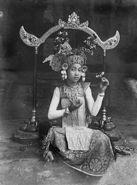 File:COLLECTIE TROPENMUSEUM Jonge Balinese danseres voor een gongstandaard TMnr 10004684.jpg