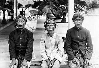 Madurese people - Image: COLLECTIE TROPENMUSEUM Madoerees dorpshoofd en twee dorpsbewoners en face T Mnr 10004958