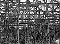 COLLECTIE TROPENMUSEUM Vierduizend bamboes worden gebruikt bij het monteren van de kap voor het hoofdgebouw van de Machinale Houtzagerij en Bosch-Exploitatie 'Sapoeran' in de omgeving van Wonosobo op Midden Java TMnr 60010873.jpg