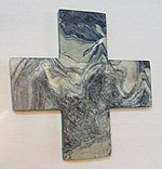 Μαρμάρινος ιερός σταυρός  από το Θησαυροφυλάκιο του Ιερού της Κνωσού. Χρονολογείται στο 1600 Π.Κ.Χ. Αρχαιολογικό Μουσείο Ηρακλείου.