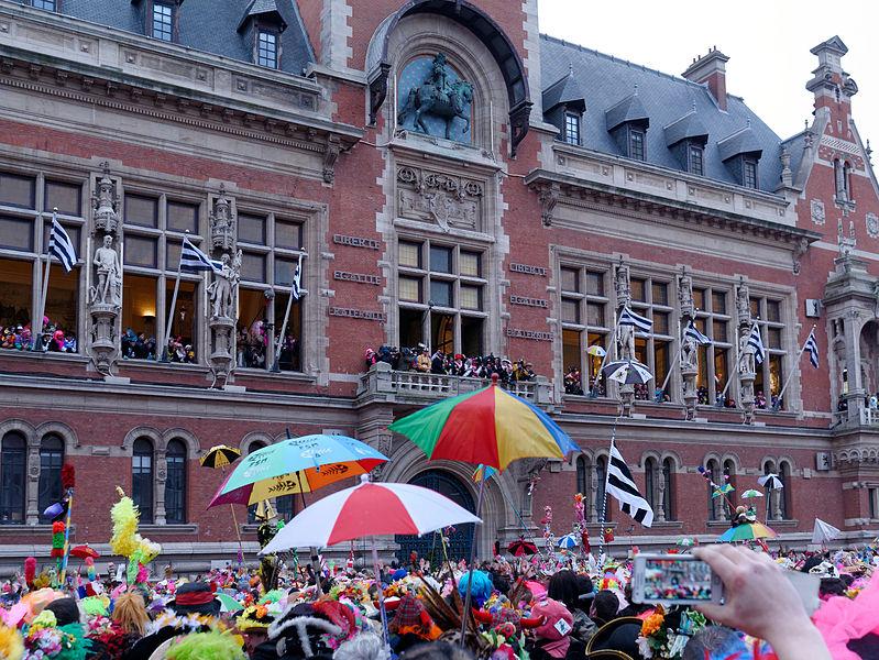 Carnaval de Dunkerque 2013: le lancer de harengs devant la mairie.