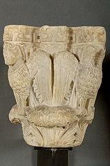 Chapiteau de colonne avec décor d'aigles aux ailes déployées