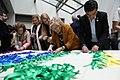 Cibeles lucirá una bandera arcoíris realizada de manera colaborativa para celebrar el WorldPride (02).jpg
