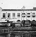 Collectie NMvWereldculturen, TM-20000920, Negatief, 'Bankgebouw en andere bebouwing aan de oever van Kali Besar in het oude stadsdeel', fotograaf Boy Lawson, 1971.jpg