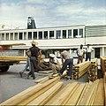Collectie Nationaal Museum van Wereldculturen TM-20029666 Afladen van hout bij de haven van Kralendijk Kralendijk Boy Lawson (Fotograaf).jpg