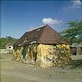Collectie Nationaal Museum van Wereldculturen TM-20029789 Kunukuhuis bij Sint Michel Curacao Boy Lawson (Fotograaf).jpg