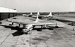 Un YB-60 vu de face, au premier plan, avec des B-36 en arrière-plan.