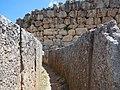 Couloir circulaire du cercle de tombes A de Mycènes.jpg