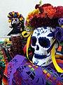 Cráneo adornado por el Día de Muertos.jpg